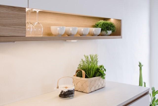 Skandinaavinen keittiö joka on sisustettu viherkasveilla.